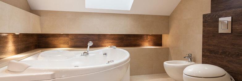 modernes Badezimmer mit Holzinterierur